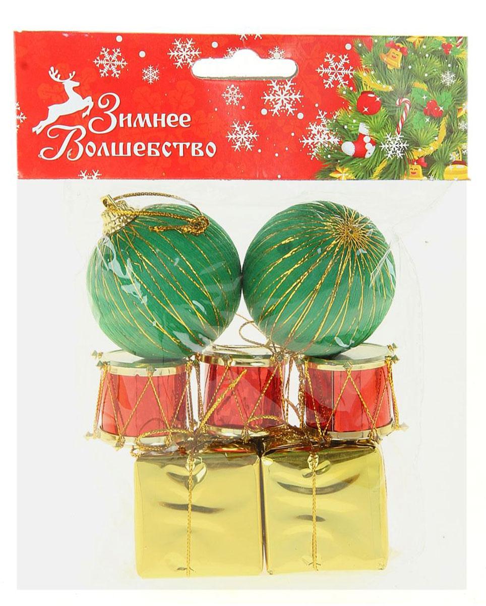Набор новогодних подвесных украшений Sima-land 2 шарика, 3 барабана, 2 подарка, диаметр 4,5 см, 7 шт825940Невозможно представить нашу жизнь без праздников! Мы всегда ждём их и предвкушаем, обдумываем, как проведём памятный день, тщательно выбираем подарки и аксессуары, ведь именно они создают и поддерживают торжественный настрой.