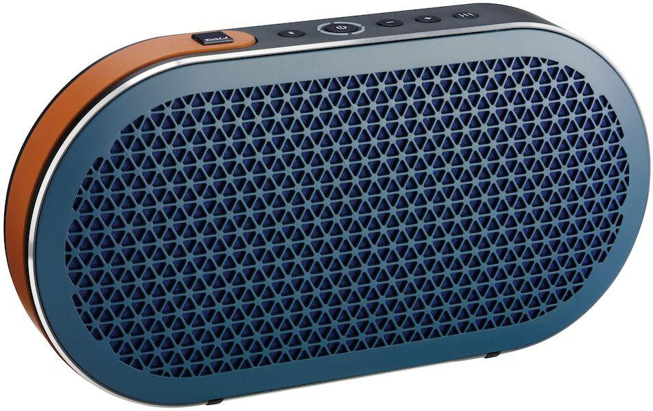 Dali Katch, Blue портативная акустическая система34933Dali Katch – это портативная аудиосистема с Bluetooth и питанием от аккумулятора. Специально сконструированные динамики, установленные в прочный, элегантно закругленный корпус, выдают великолепный звук от встроенного цифрового усилителя. Katch легко подсоединяется по Bluetooth и позволяет наслаждаться улучшенным качеством звука кодека Apt-X (если этот кодек поддерживается источником). У Dali Katch имеется также аналоговый вход с миниджековым разъемом. Зная, что вы возьмете Dali Katch с собой в дорогу, конструкторы предусмотрели USB разъем для подзарядки ваших смартфонов и планшетов, пока играет музыка.Dali Katch выпускается в трех вариантах отделки, что позволяет ей без труда вписаться в интерьер. Встроенный кожаный ремешок облегчает переноску Dali Katch, а долговечная конструкция обеспечивает безопасность.Dali Katch – портативная аудиосистема, и поэтому может использоваться в самой разной обстановке. Чтобы получить наилучшие возможные впечатления от музыки, Dali Katch имеет две предустановки (профиля). Одна оптимизирована для получения более ровной частотной характеристики и нейтрального звучания, и идеально подходит для большинства ситуаций. Вторая добавляет тепла в звук и предназначена для помещений большего размера, а также для соответствующих жанров музыки.Емкость встроенного Li-Ion аккумулятора 2600 мАч – это позволяет Dali Katch играть на нормальной громкости в течение 24 часов. Аккумулятор изготовлен известным производителем, надежен и может быть легко заменен. Время зарядки от прилагаемого зарядного устройства составляет 2 часа.21-миллиметровый купольный твитер с мощным неодимовым магнитом получился чрезвычайно компактным, но при этом сохранил большую площадь легкой мембраны. Оба этих фактора очень важны для Dali Katch. Компактные размеры твитера с мягким куполом позволили увеличить внутренний объем корпуса. Большая площадь мягкого купола позволила расширить характеристику твитера в области средних часто