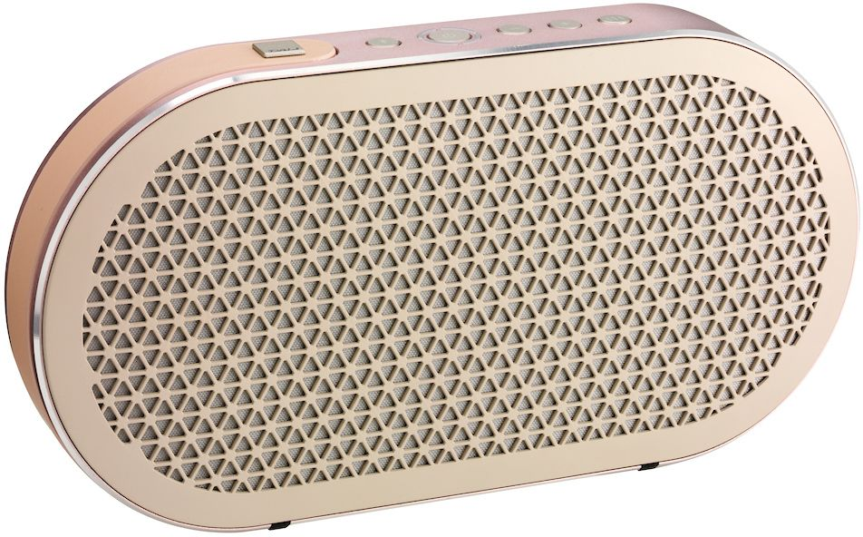 Dali Katch, Pink портативная акустическая система34934Dali Katch - это портативная аудиосистема с Bluetooth и питанием от аккумулятора. Специально сконструированные динамики, установленные в прочный, элегантно закругленный корпус, выдают великолепный звук от встроенного цифрового усилителя. Katch легко подсоединяется по Bluetooth и позволяет наслаждаться улучшенным качеством звука кодека Apt-X (если этот кодек поддерживается источником). У Dali Katch имеется также аналоговый вход с миниджековым разъемом. Зная, что вы возьмете Dali Katch с собой в дорогу, конструкторы предусмотрели USB разъем для подзарядки ваших смартфонов и планшетов, пока играет музыка.Dali Katch выпускается в трех вариантах отделки, что позволяет ей без труда вписаться в интерьер. Встроенный кожаный ремешок облегчает переноску Dali Katch, а долговечная конструкция обеспечивает безопасность.Dali Katch - портативная аудиосистема, и поэтому может использоваться в самой разной обстановке. Чтобы получить наилучшие возможные впечатления от музыки, Dali Katch имеет две предустановки (профиля). Одна оптимизирована для получения более ровной частотной характеристики и нейтрального звучания, и идеально подходит для большинства ситуаций. Вторая добавляет тепла в звук и предназначена для помещений большего размера, а также для соответствующих жанров музыки.Емкость встроенного Li-Ion аккумулятора 2600 мАч - это позволяет Dali Katch играть на нормальной громкости в течение 24 часов. Аккумулятор изготовлен известным производителем, надежен и может быть легко заменен. Время зарядки от прилагаемого зарядного устройства составляет 2 часа.21-миллиметровый купольный твитер с мощным неодимовым магнитом получился чрезвычайно компактным, но при этом сохранил большую площадь легкой мембраны. Оба этих фактора очень важны для Dali Katch. Компактные размеры твитера с мягким куполом позволили увеличить внутренний объем корпуса. Большая площадь мягкого купола позволила расширить характеристику твитера в области средних часто