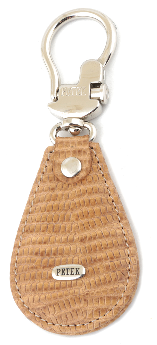 Брелок для ключей Petek 1855 выполнен из натуральной кожи. Изделие оформлено  металлической пластиной с гравировкой бренда и оснащено металлическим кольцом.  Такой брелок станет стильным дополнением к ключам.