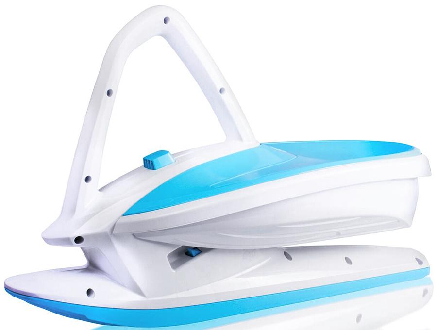 Балансир снежный на лыже Gismo Riders Skidrifter, цвет: белый, синий1373647Gismo Riders Skidrifter - новая потрясающая категория зимних товаров Снежный балансир-дрифтер. Это уникальная чешская разработка, которая объединила в себе катание на санках, снегокате и даже беговеле! Также поражает его невероятно красивый и футуристический спортивный дизайн, напоминающий, скорее, космический корабль, чем санки. Катающийся садится на ски-дрифтер сверху, пропускает ручку-джойстик между ног и держится за нее. За счет смещения тяжести тела из одной стороны в другую Скидрифтер делает поворот. Для торможения необходимо касаться снега ногами. Gismo Rider Skidrifter имеет широкую большую лыжу и достаточно большое посадочное место, чтобы иметь необходимую устойчивость. Ски-дрифтер имеет 3 положения высоты сиденья относительно поверхности, которые реализуются за счет функции MSP (Mechanical Stability Programme) - функция-кнопка стабилизации механики на рукоятке-джойстике. Чем выше сиденье, тем сложнее балансировать. Набирайтесь навыков и освежайте эмоции за счет усложнения спуска. Данный продукт полностью производится в Чехии на фабрике современного уровня - Plastkon, которая уже много лет на рынке известна качеством своей продукции и экспортирует товары в Германию и другие страны Евросоюза с их высокими требованиями. Любите сложный и захватывающий вид спуска, полный трюков? Ок, наберитесь навыков и попробуйте, например, разворот на 360 градусов во время спуска, касаясь рукой снега.