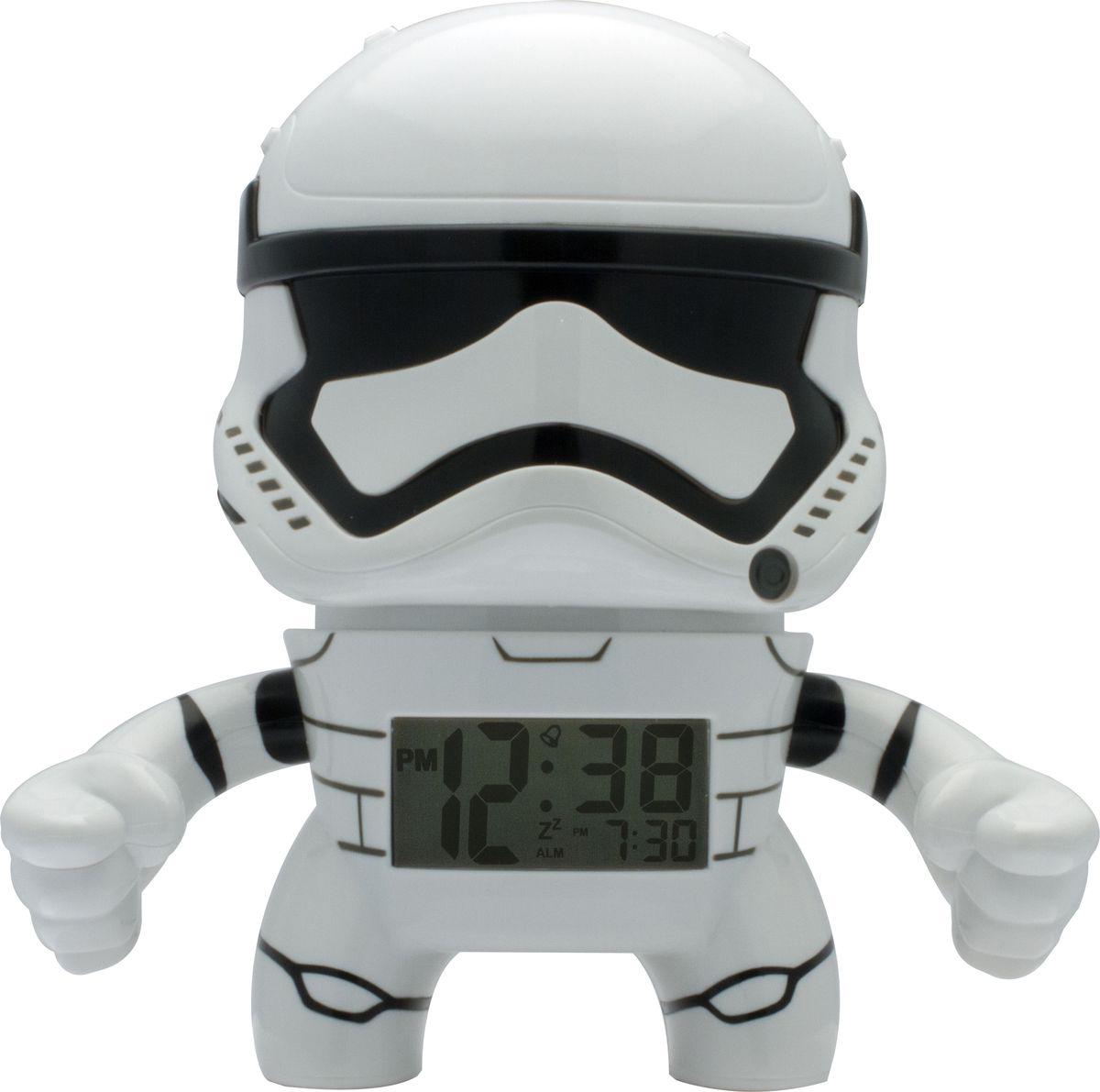 Star Wars BulbBotz Будильник детский Stormtrooper2020015BulbBotz (дословно лампа бот) - будильник в виде минифигуры любимого героя Звёздных Войн, по форме напоминающий лампу накаливания, оснащен цифровым дисплеем с подсветкой и функцией отсрочки звукового сигнала. Для того, чтобы включить/выключить будильник, нужно нажать на голову минифигуры, которая также подсвечивается! В комплект входят 2 батарейки (ААА). Рекомендуемый возраст: от 6 лет. Высота минифигуры: 19 см