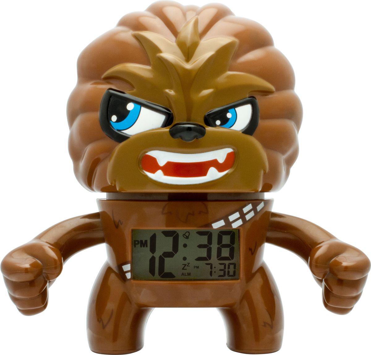 Star Wars BulbBotz Будильник детский Chewbacca2020077BulbBotz (дословно лампа бот) - будильник в виде минифигуры любимого героя Звёздных Войн, по форме напоминающий лампу накаливания, оснащен цифровым дисплеем с подсветкой и функцией отсрочки звукового сигнала. Для того, чтобы включить/выключить будильник, нужно нажать на голову минифигуры, которая также подсвечивается! В комплект входят 2 батарейки (ААА). Рекомендуемый возраст: от 6 лет.Высота минифигуры: 19 см