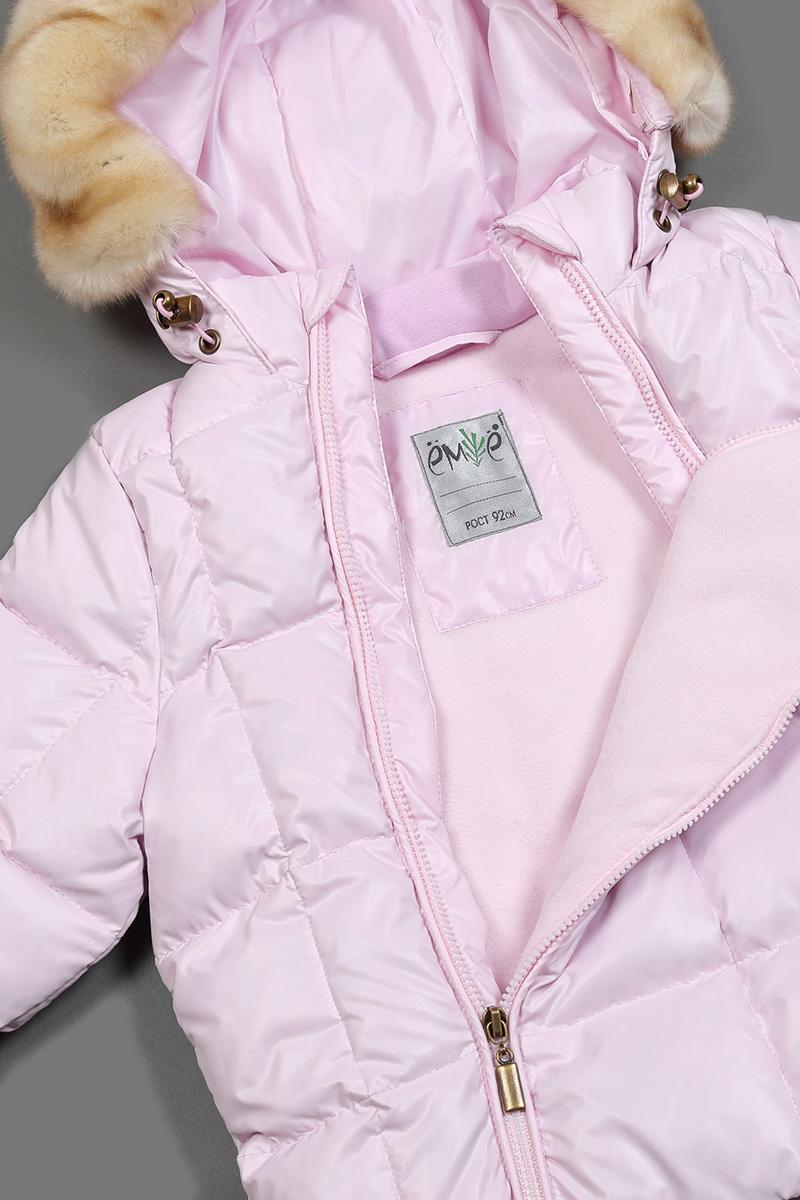 Комбинезон утепленный для девочек Ёмаё, цвет: розовый, фиолетовый. 69-112. Размер 9269-112Комбинезон для девочки на натуральном пуху 85% пух, 15% - перо (плотность набивки - 220 гр/м.кв); подкладка комбинированная - флис/таффета. На капюшоне съёмная опушка из искусственного меха. Ширина лицевого среза капюшона регулируется с помощью шнура-резинки и фиксаторов. Внутренняя стойка из хлопкового трикотажа. Низки рукавов с внутренними трикотажными манжетами - дополнительная защита от ветра. В низках брючин полукомбинезона - внутренняя манжета с настроченной эластичной тесьмой с латексной антискользящей нитью - фиксирует брючины на сапогах и предохраняет от попадания снега. Все молнии с внутренними ветрозащитными планками. Температурный режим до минус 25-30 градусов.