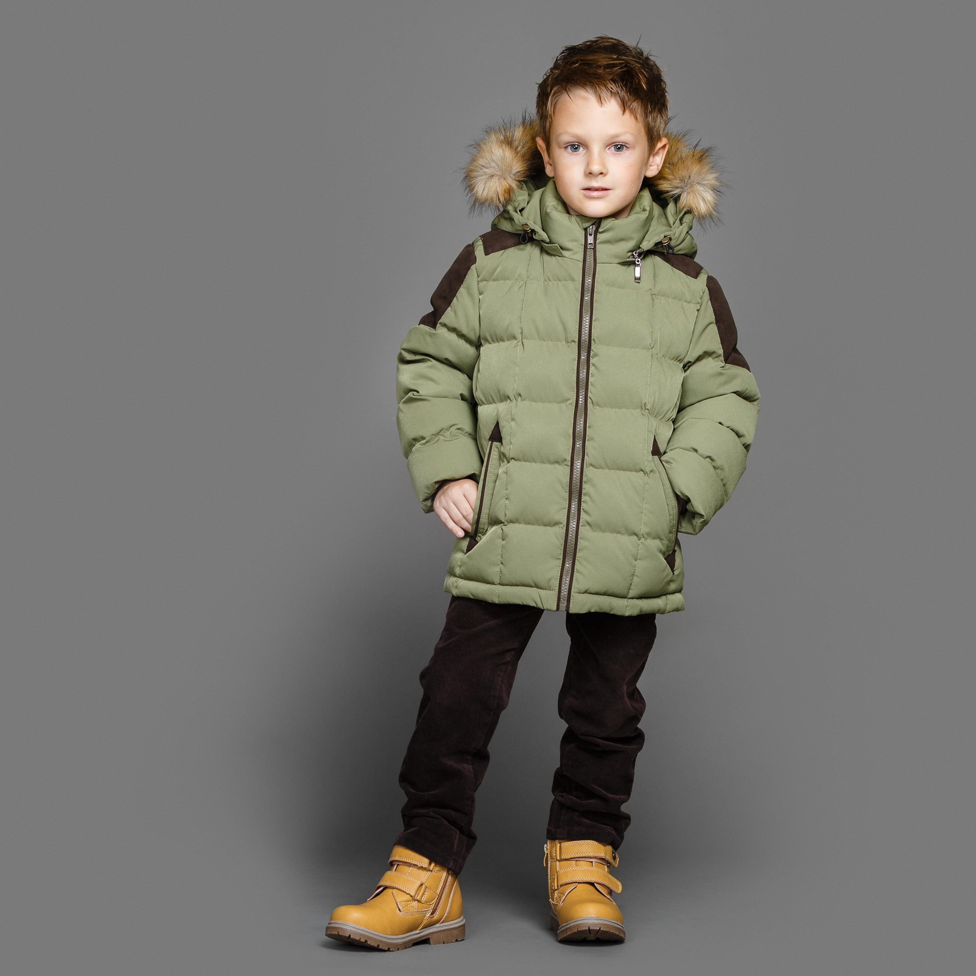 Куртка для мальчиков Ёмаё, цвет: зеленый. 39-147. Размер 11039-147Куртка для мальчика на синтепухе (плотность набивки - 300 гр/м кв), подкладка комбинированная - хлопок и таффета (п/э) Температурный режим - до минус 20-25 Капюшон съёмный; меховая опушка - съёмная (искуственный Енот) По низкам рукавов - внутренние трикотажные манжеты, защищающие ребёнка от ветра По низу куртки и по лицевому срезу капюшона предусмотрена регулировка с помощью шнура-резинки и фиксаторов - защита от ветра Застёжка куртки с внутренней ветрозащитной планкой