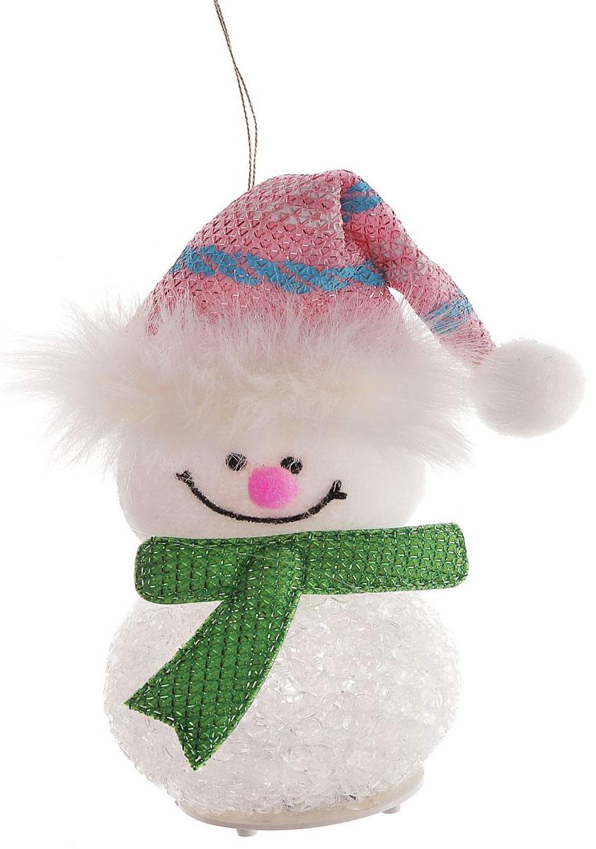 Новогоднее подвесное украшение Снеговик в розовом колпаке, с подсветкой1102735Новогоднее украшение ручной работы отлично подойдет для декорации вашего дома и новогодней ели. С помощью специальной петельки украшение можно повесить в любом понравившемся вам месте. Но, конечно, удачнее всего оно будет смотреться на праздничной елке.Елочная игрушка - символ Нового года. Она несет в себе волшебство и красоту праздника. Такое украшение создаст в вашем доме атмосферу праздника, веселья и радости.