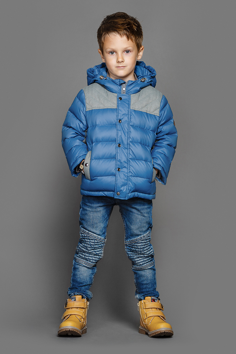 Куртка для мальчика Ёмаё, цвет: синий. 39-145. Размер 12839-145Теплая куртка для мальчика Ёмаё идеально подойдет в холодное время года. Модель изготовлена из 100% нейлона на комбинированной подкладке из хлопка и полиэстера. В качестве наполнителя используются пух и перо. Стеганая куртка с капюшоном застегивается на пластиковую застежку-молнию с внешней ветрозащитной планкой на кнопках. Капюшон дополнен скрытой резинкой с фиксаторами. Горловина оснащена внутренней трикотажной стойкой для защиты от ветра. Низ рукавов дополнен скрытыми трикотажными манжетами, которые мягко обхватывают запястья. Спереди предусмотрены два прорезных кармана на кнопках. Понизу проходит скрытая резинка со стопперами.