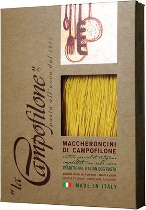 La Campofilone Maccheroncini Di Campofilone паста, 250 г6010Паста – одно из самых любимых блюд во всем мире, и к тому же продукт номер один на итальянской кухне. Каждый регион имеет свои традиционные варианты пасты. Юг и Центр Италии особенно славятся яичной пастой. Именно такую пасту, используя для этого традиционные рецепты и лучшие сорта пшеницы, делает компания La Campofilone. La Campofilone расположена на берегу Адриатического моря в небольшом одноименном городке в провинции Марке, где издавна производят вкуснейшие макаронные изделия. Для изготовления пасты в La Campofilone использует только натуральное сырье: пшеницу твердых сортов с высоким содержанием протеинов, выращенную исключительно в регионе Марке, а также свежие куриные яйца. Их содержание в яичной пасте, согласно традиционной рецептуре, должно быть не менее 30%. Куры-несушки здесь растут на свободном выгуле на специальных фермах и питаются натуральными кормами, не содержащими ГМО. Помол муки также осуществляется на местной фабрике. Ее делают только из сердцевины каждого зернышка, поэтому паста La Campofilone имеет высокий уровень клейковины (глютена), а значит, получается более плотной. Это позволяет ей вовремя варки сохранять однородность, не развариваться и оставаться al dente (слегка недоваренной, твердоватой). При этом готовится она всего 1-2 минуты. В процессе приготовления яичной пасты не используется вода. Чтобы готовое тесто созрело, оно обязательно выдерживается при низкой температуре в течение определенного времени, а затем происходит процесс раскатки и нарезки тончайших полосок. После этого готовую пасту выкладывают на специальную бумагу. И все эти процессы происходят вручную! Последняя стадия перед расфасовкой макарон - высушивание при низкой температуре (менее +36С) от 20 до 36 часов. В результате получается яичная паста, которая может соперничать с лучшей домашней пастой, приготовленной искусной итальянской хозяйкой!В 2004 году компания La Campofilone получила сертификаты: ISO 22005 (ex 