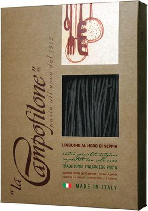 La Campofilone Linguine Al Nero Di Seppia паста с чернилами каракатицы, 250 г6052Паста - одно из самых любимых блюд во всем мире, и к тому же продукт номер один на итальянской кухне. Каждый регион имеет свои традиционные варианты пасты. Юг и Центр Италии особенно славятся яичной пастой. Именно такую пасту, используя для этого традиционные рецепты и лучшие сорта пшеницы, делает компания La Campofilone.La Campofilone расположена на берегу Адриатического моря в небольшом одноименном городке в провинции Марке, где издавна производят вкуснейшие макаронные изделия. Для изготовления пасты в La Campofilone использует только натуральное сырье: пшеницу твердых сортов с высоким содержанием протеинов, выращенную исключительно в регионе Марке, а также свежие куриные яйца. Их содержание в яичной пасте, согласно традиционной рецептуре, должно быть не менее 30%. Куры-несушки здесь растут на свободном выгуле на специальных фермах и питаются натуральными кормами, не содержащими ГМО.Помол муки также осуществляется на местной фабрике. Ее делают только из сердцевины каждого зернышка, поэтому паста La Campofilone имеет высокий уровень клейковины (глютена), а значит, получается более плотной. Это позволяет ей вовремя варки сохранять однородность, не развариваться и оставаться al dente (слегка недоваренной, твердоватой). При этом готовится она всего 1-2 минуты.В процессе приготовления яичной пасты не используется вода. Чтобы готовое тесто созрело, оно обязательно выдерживается при низкой температуре в течение определенного времени, а затем происходит процесс раскатки и нарезки тончайших полосок. После этого готовую пасту выкладывают на специальную бумагу. И все эти процессы происходят вручную!Последняя стадия перед расфасовкой макарон - высушивание при низкой температуре (менее +36С) от 20 до 36 часов. В результате получается яичная паста, которая может соперничать с лучшей домашней пастой, приготовленной искусной итальянской хозяйкой!В 2004 году компания La Campofilone получила сертификат