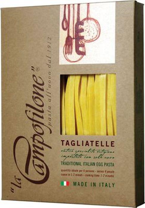 La Campofilone Tagliatelle паста, 250 г6090Паста – одно из самых любимых блюд во всем мире, и к тому же продукт номер один на итальянской кухне. Каждый регион имеет свои традиционные варианты пасты. Юг и Центр Италии особенно славятся яичной пастой. Именно такую пасту, используя для этого традиционные рецепты и лучшие сорта пшеницы, делает компания La Campofilone. La Campofilone расположена на берегу Адриатического моря в небольшом одноименном городке в провинции Марке, где издавна производят вкуснейшие макаронные изделия. Для изготовления пасты в La Campofilone использует только натуральное сырье: пшеницу твердых сортов с высоким содержанием протеинов, выращенную исключительно в регионе Марке, а также свежие куриные яйца. Их содержание в яичной пасте, согласно традиционной рецептуре, должно быть не менее 30%. Куры-несушки здесь растут на свободном выгуле на специальных фермах и питаются натуральными кормами, не содержащими ГМО. Помол муки также осуществляется на местной фабрике. Ее делают только из сердцевины каждого зернышка, поэтому паста La Campofilone имеет высокий уровень клейковины (глютена), а значит, получается более плотной. Это позволяет ей вовремя варки сохранять однородность, не развариваться и оставаться al dente (слегка недоваренной, твердоватой). При этом готовится она всего 1-2 минуты. В процессе приготовления яичной пасты не используется вода. Чтобы готовое тесто созрело, оно обязательно выдерживается при низкой температуре в течение определенного времени, а затем происходит процесс раскатки и нарезки тончайших полосок. После этого готовую пасту выкладывают на специальную бумагу. И все эти процессы происходят вручную! Последняя стадия перед расфасовкой макарон - высушивание при низкой температуре (менее +36С) от 20 до 36 часов. В результате получается яичная паста, которая может соперничать с лучшей домашней пастой, приготовленной искусной итальянской хозяйкой!В 2004 году компания La Campofilone получила сертификаты: ISO 22005 (ex UNI 10 939; 2001)