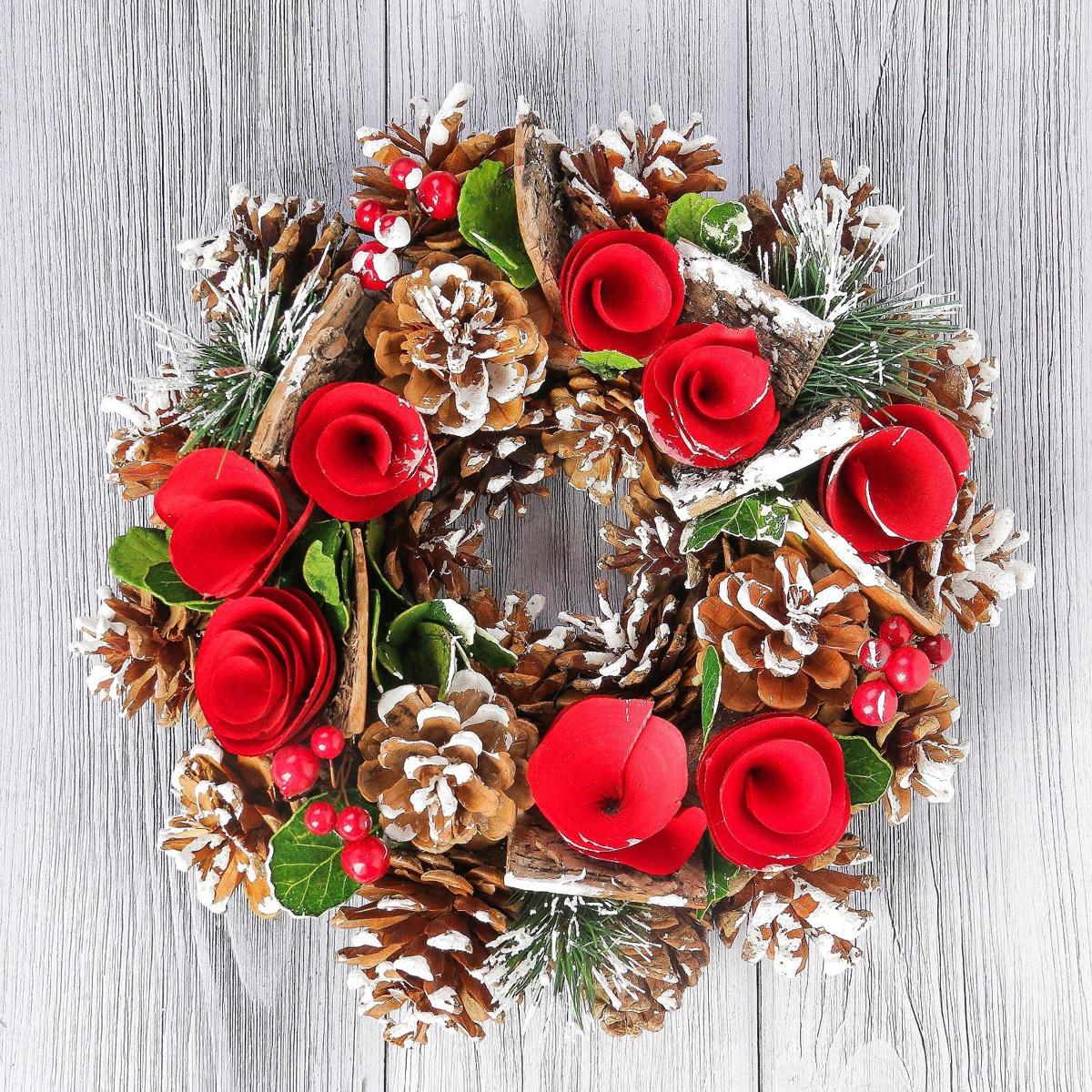 Венок новогодний Цветки-завитки и шишки, диаметр 24 см2377981Невозможно представить нашу жизнь без праздников! Мы всегда ждем их и предвкушаем, обдумываем, как проведем памятный день, тщательно выбираем подарки и аксессуары, ведь именно они создают и поддерживают торжественный настрой. Это отличный выбор, который привнесет атмосферу праздника в ваш дом!Диаметр венка: 24 см.