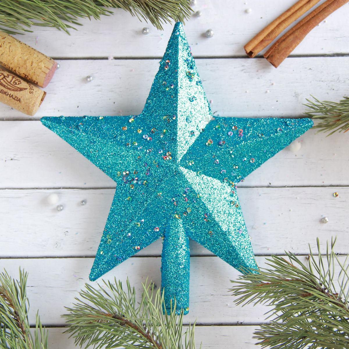 Верхушка на елку Звезда с блестками, цвет: синий, 18 х 20 см2377888Верхушка на елку выполнена из высококачественного пластика. Изделие будет прекрасно смотреться на новогодней елке. Верхушка на елку - одно из главных новогодних украшений лесной красавицы. Она принесет в ваш дом ни с чем не сравнимое ощущение праздника! Новогодние украшения несут в себе волшебство. Они помогут вам украсить дом к предстоящим праздникам и оживить интерьер по вашему вкусу. Создайте в доме атмосферу тепла, веселья и радости, украшая его всей семьей.