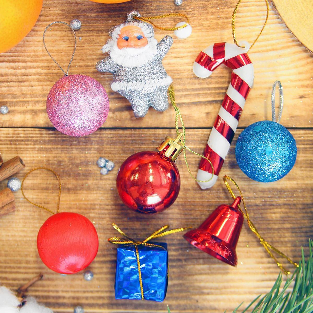 Набор новогодних подвесных украшений Шары, палочки, дом, колокольчики, барабаны, 15 шт2372124Набор новогодних подвесных украшений отлично подойдет для декорации вашего дома и новогодней ели. С помощью специальной петельки украшение можно повесить в любом понравившемся вам месте. Но, конечно, удачнее всего оно будет смотреться на праздничной елке.Елочная игрушка - символ Нового года. Она несет в себе волшебство и красоту праздника. Такое украшение создаст в вашем доме атмосферу праздника, веселья и радости.
