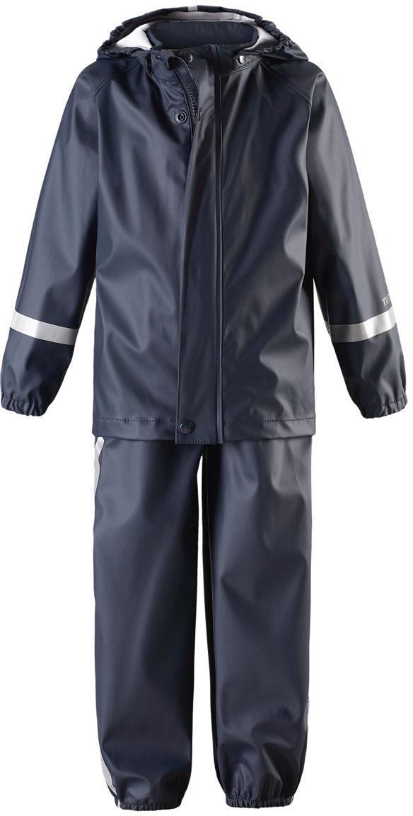 Дождевик детский Reima Tihku, цвет: синий. 5131036980. Размер 985131036980Комплект одежды детский Reima Tihku выполнен из полиуретана и текстиля. Съемный капюшон защищает от ветра и безопасен во время игр на свежем воздухе даже во время дождя. Съемные штрипки легко крепятся под резиновыми сапогами или непромокаемыми кроссовками и не дают брючинам задираться. Этот комплект для дождя снабжен светоотражающими деталями, благодаря которым маленьких непосед будет хорошо видно даже после наступления темноты.