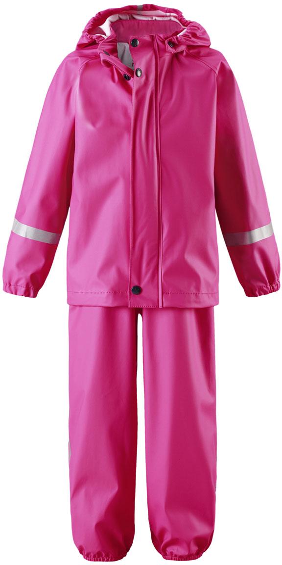 Комплект одежды для девочки Reima Tihku, цвет: розовый. 5131034620. Размер 1165131034620Комплект на дождливую погоду без подкладки для малышей предназначен для весенних и осенних прогулок под дождем а с теплым промежуточным слоем защитит и в морозные дни. Запаянные водонепроницаемые швы гарантируют, что ни одна капелька не просочится вовнутрь. Съемный капюшон защищает от ветра и безопасен во время игр на свежем воздухе даже во время дождя. Благодаря эластичным регулируемым подтяжкам брюки-дождевики не будут спадать и сядут точно по фигуре. Съемные штрипки легко крепятся под резиновыми сапогами или непромокаемыми кроссовками и не дают брючинам задираться. Этот комплект для дождя без содержания ПВХ снабжен светоотражающими деталями, благодаря которым маленьких непосед будет хорошо видно даже после наступления темноты.