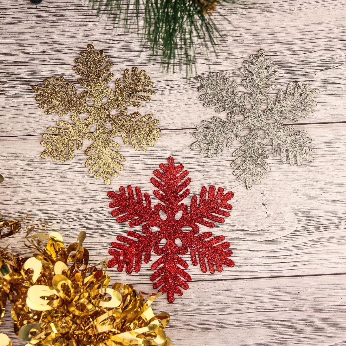 Набор новогодних подвесных украшений Снежинка, цвет: красный, золотой, серебряный, диаметр 10 см, 3 шт2372116Набор новогодних подвесных украшений отлично подойдет для декорации вашего дома и новогодней ели. С помощью специальной петельки украшение можно повесить в любом понравившемся вам месте. Но, конечно, удачнее всего оно будет смотреться на праздничной елке.Елочная игрушка - символ Нового года. Она несет в себе волшебство и красоту праздника. Такое украшение создаст в вашем доме атмосферу праздника, веселья и радости.