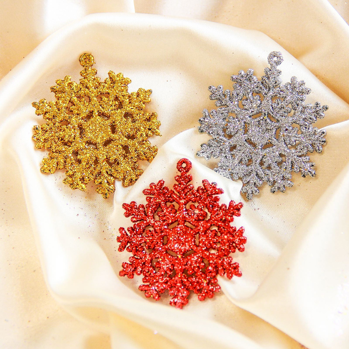 Набор новогодних подвесных украшений Снежинка, цвет: красный, золотой, серебряный, диаметр 5 см, 3 шт2372114Набор новогодних подвесных украшений отлично подойдет для декорации вашего дома и новогодней ели. С помощью специальной петельки украшение можно повесить в любом понравившемся вам месте. Но, конечно, удачнее всего оно будет смотреться на праздничной елке.Елочная игрушка - символ Нового года. Она несет в себе волшебство и красоту праздника. Такое украшение создаст в вашем доме атмосферу праздника, веселья и радости.
