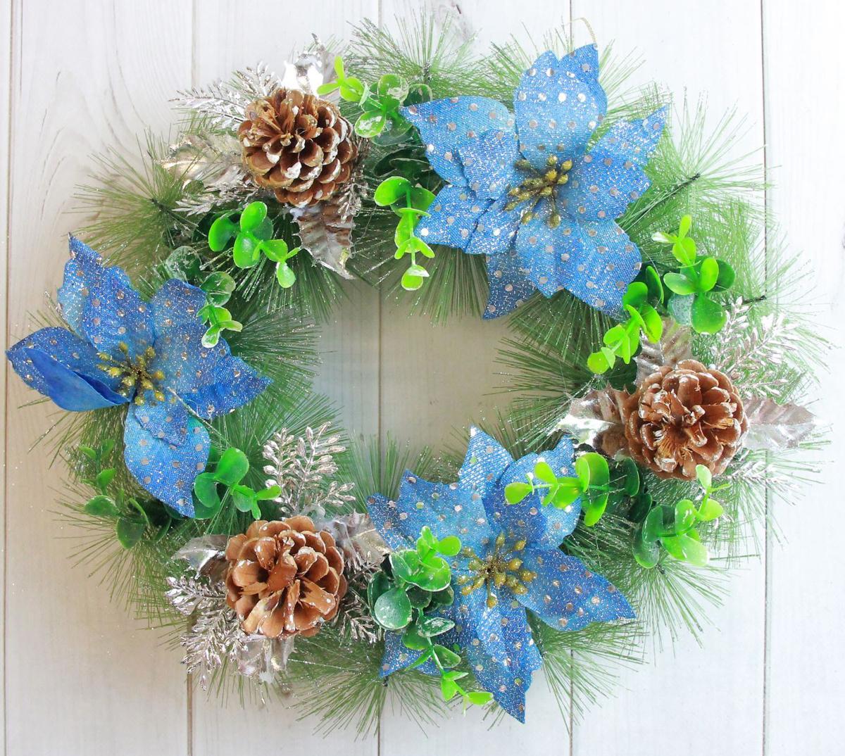 Венок новогодний С синими цветами и шишками, диаметр 30 см2372104Невозможно представить нашу жизнь без праздников! Мы всегда ждем их и предвкушаем, обдумываем, как проведем памятный день, тщательновыбираем подарки и аксессуары, ведь именно они создают и поддерживают торжественный настрой. Это отличный выбор, который привнесетатмосферу праздника в ваш дом! Диаметр венка: 30 см.