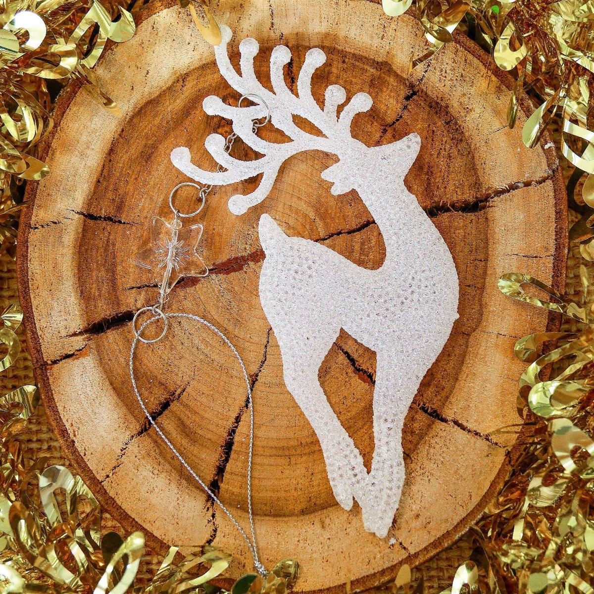Новогоднее подвесное украшение Стройный олень, 6 х 17 см2371454Новогоднее подвесное украшение отлично подойдет для декорации вашего дома и новогодней ели. С помощью специальной петельки украшение можно повесить в любом понравившемся вам месте. Но, конечно, удачнее всего оно будет смотреться на праздничной елке.Елочная игрушка - символ Нового года. Она несет в себе волшебство и красоту праздника. Такое украшение создаст в вашем доме атмосферу праздника, веселья и радости.