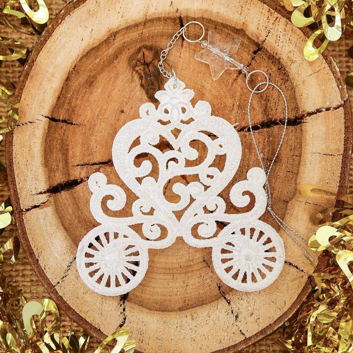 Новогоднее подвесное украшение Карета, 11 х 11 см2371451Новогоднее подвесное украшение отлично подойдет для декорации вашего дома и новогодней ели. С помощью специальной петельки украшение можно повесить в любом понравившемся вам месте. Но, конечно, удачнее всего оно будет смотреться на праздничной елке.Елочная игрушка - символ Нового года. Она несет в себе волшебство и красоту праздника. Такое украшение создаст в вашем доме атмосферу праздника, веселья и радости.