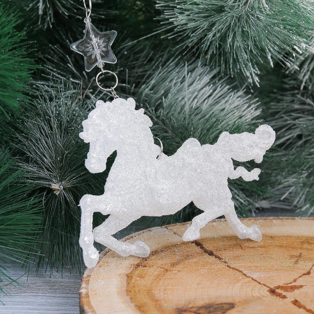 Новогоднее подвесное украшение Конь, 11 х 8,5 см2371450Новогоднее подвесное украшение отлично подойдет для декорации вашего дома и новогодней ели. С помощью специальной петельки украшение можно повесить в любом понравившемся вам месте. Но, конечно, удачнее всего оно будет смотреться на праздничной елке.Елочная игрушка - символ Нового года. Она несет в себе волшебство и красоту праздника. Такое украшение создаст в вашем доме атмосферу праздника, веселья и радости.