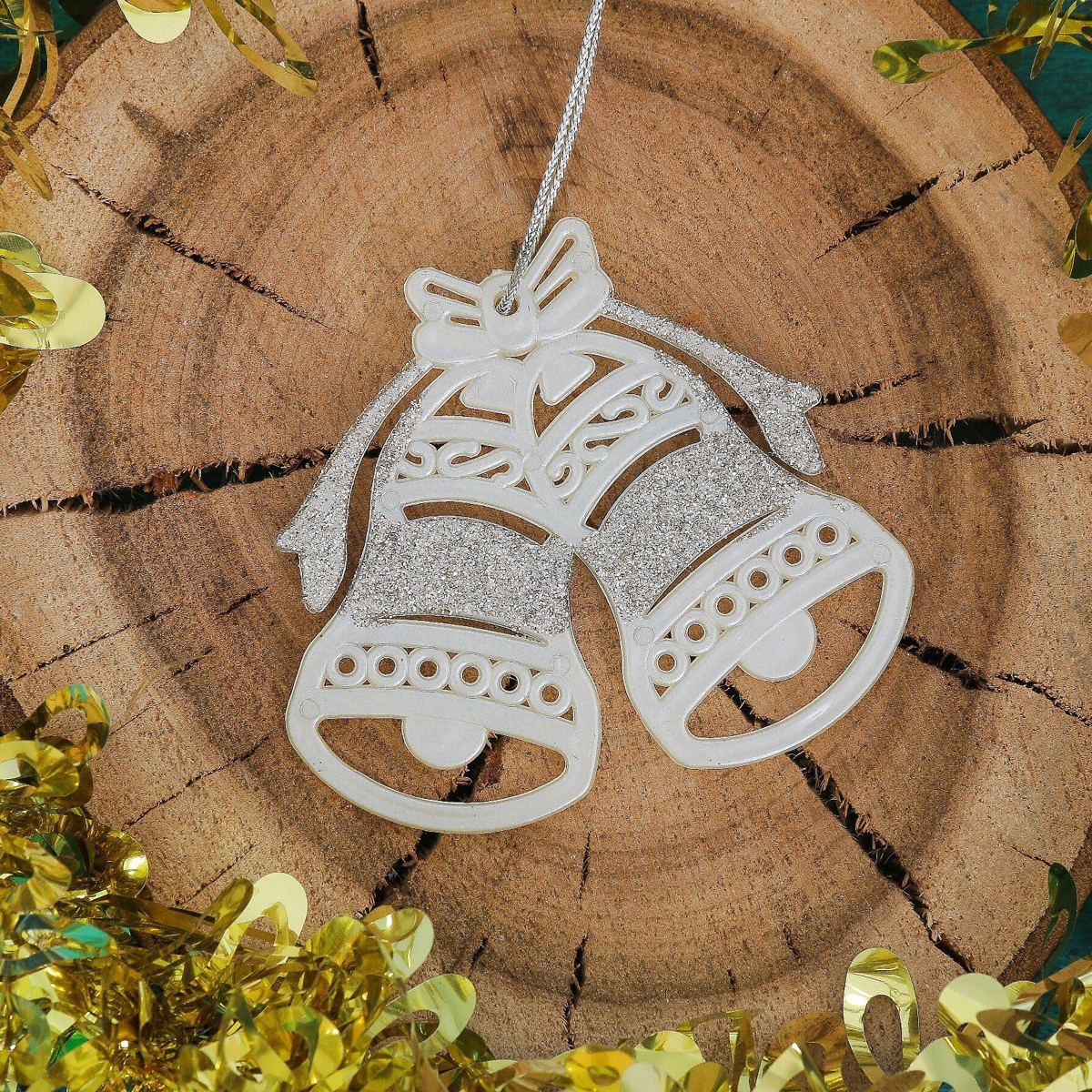Новогоднее подвесное украшение Колокольчики с бантом, 9,5 х 8,5 см2371443Новогоднее подвесное украшение отлично подойдет для декорации вашего дома и новогодней ели. С помощью специальной петельки украшение можно повесить в любом понравившемся вам месте. Но, конечно, удачнее всего оно будет смотреться на праздничной елке.Елочная игрушка - символ Нового года. Она несет в себе волшебство и красоту праздника. Такое украшение создаст в вашем доме атмосферу праздника, веселья и радости.