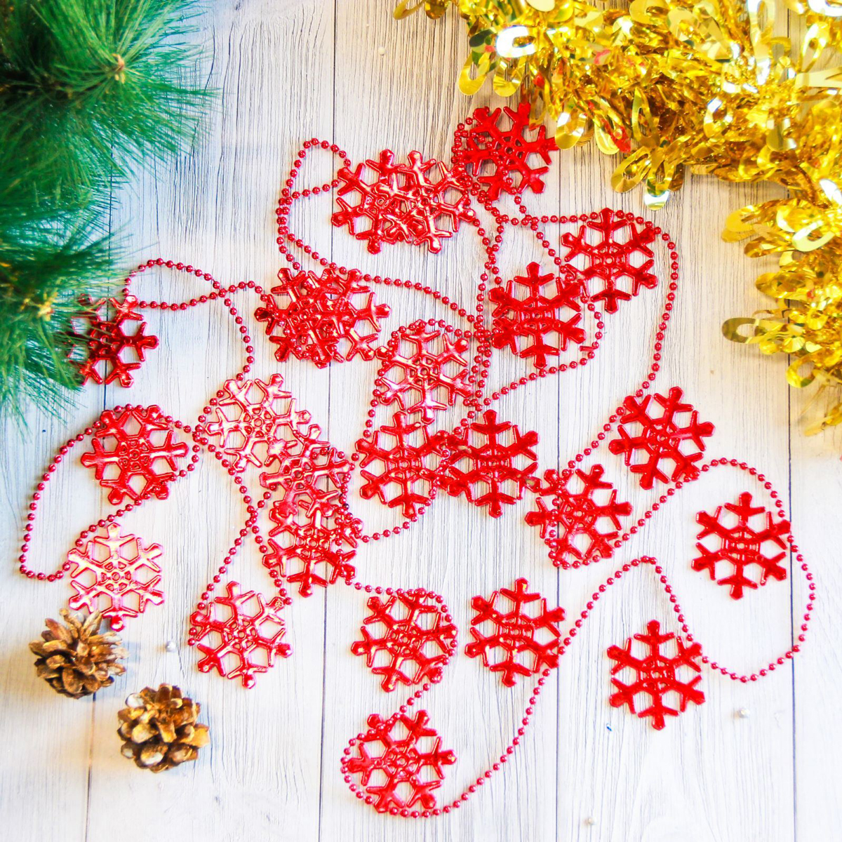 Бусы на елку Снежинки, цвет: красный, диаметр 4,7 см, длина 2,7 м2371383Невозможно представить нашу жизнь без праздников! Мы всегда ждем их и предвкушаем, обдумываем, как проведем памятный день, тщательно выбираем подарки и аксессуары, ведь именно они создают и поддерживают торжественный настрой. Это отличный выбор, который привнесет атмосферу праздника в ваш дом!