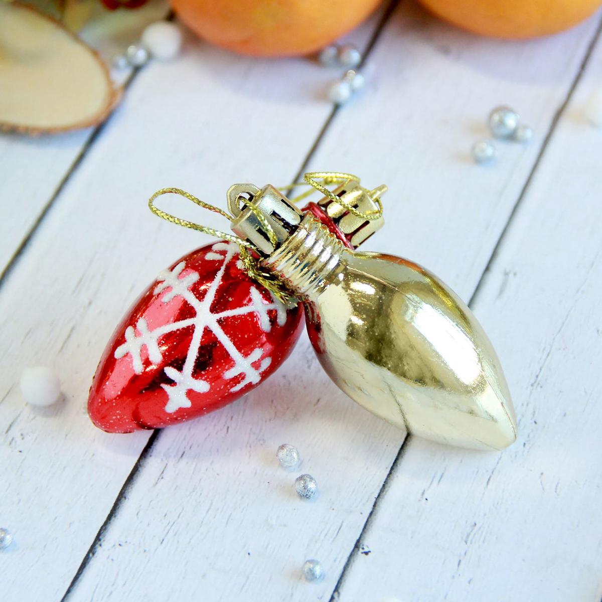 Набор новогодних подвесных украшений Лампочка. Снежинки, 2,5 х 6 см, 9 шт2371348Набор новогодних подвесных украшений отлично подойдет для декорации вашего дома и новогодней ели. С помощью специальной петельки украшение можно повесить в любом понравившемся вам месте. Но, конечно, удачнее всего оно будет смотреться на праздничной елке.Елочная игрушка - символ Нового года. Она несет в себе волшебство и красоту праздника. Такое украшение создаст в вашем доме атмосферу праздника, веселья и радости.
