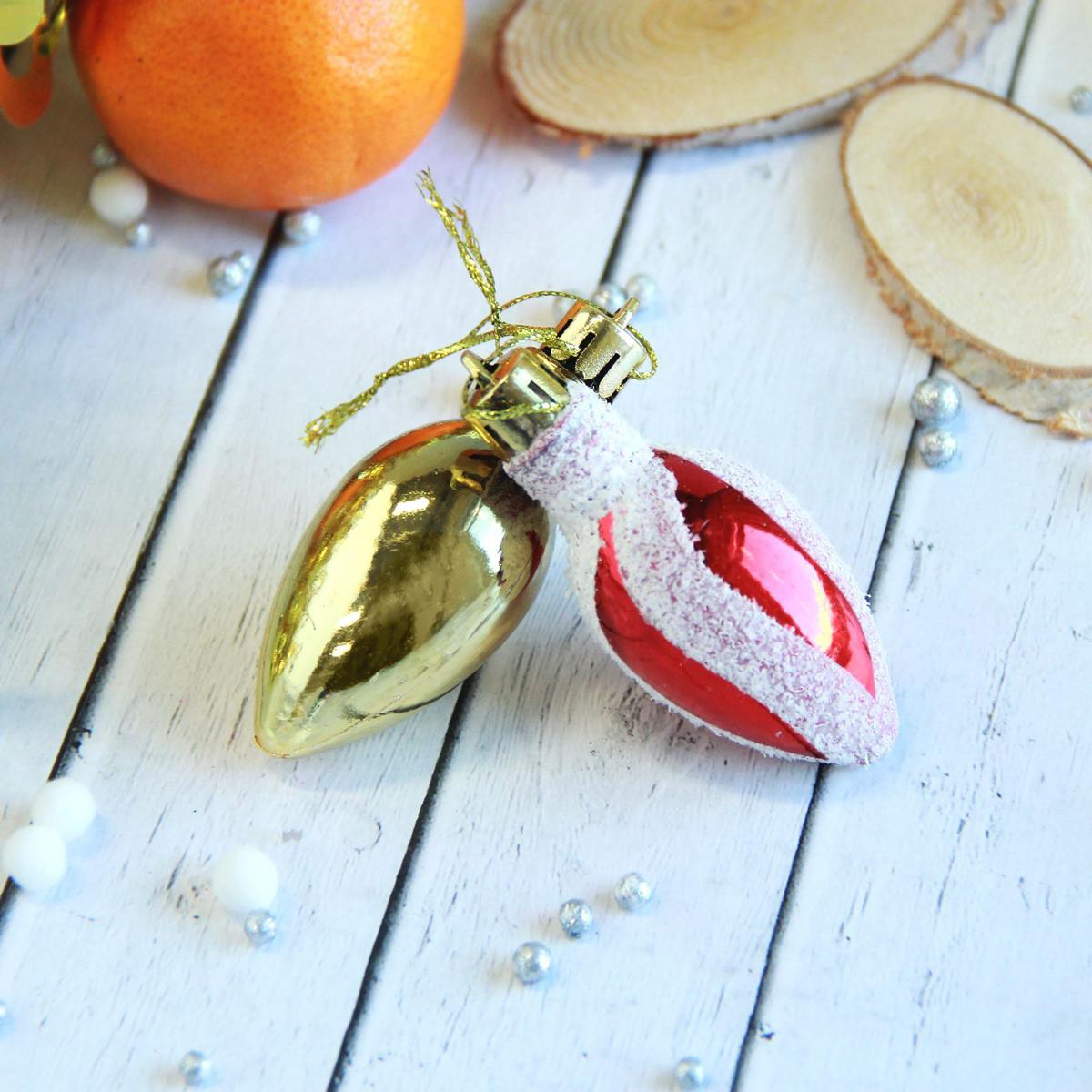 Набор новогодних подвесных украшений Лампочка, цвет: красный, золотой, 2,5 х 6 см, 9 шт2371347Набор новогодних подвесных украшений отлично подойдет для декорации вашего дома и новогодней ели. С помощью специальной петельки украшение можно повесить в любом понравившемся вам месте. Но, конечно, удачнее всего оно будет смотреться на праздничной елке.Елочная игрушка - символ Нового года. Она несет в себе волшебство и красоту праздника. Такое украшение создаст в вашем доме атмосферу праздника, веселья и радости.