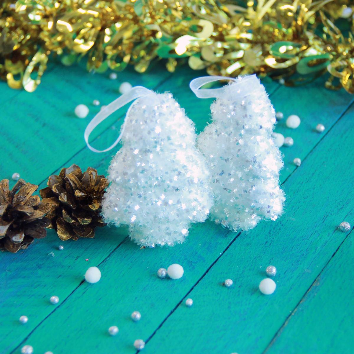 Набор новогодних подвесных украшений Елки пушистые, 5 х 8 см, 6 шт2371343Набор новогодних подвесных украшений отлично подойдет для декорации вашего дома и новогодней ели. С помощью специальной петельки украшение можно повесить в любом понравившемся вам месте. Но, конечно, удачнее всего оно будет смотреться на праздничной елке.Елочная игрушка - символ Нового года. Она несет в себе волшебство и красоту праздника. Такое украшение создаст в вашем доме атмосферу праздника, веселья и радости.