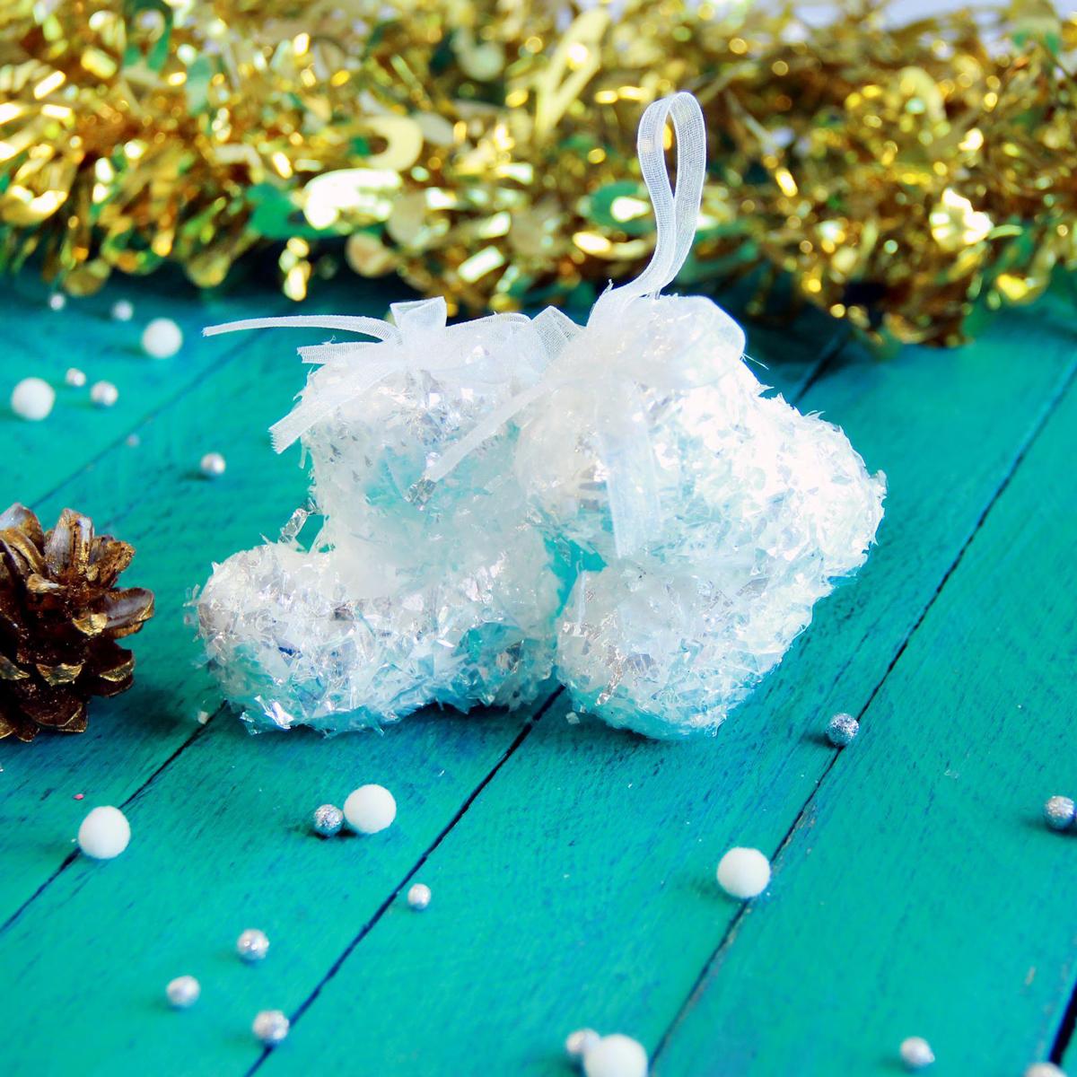 Набор новогодних подвесных украшений Белый ботинок, 5,5 х 5 см, 6 шт2371340Набор новогодних подвесных украшений отлично подойдет для декорации вашего дома и новогодней ели. С помощью специальной петельки украшение можно повесить в любом понравившемся вам месте. Но, конечно, удачнее всего оно будет смотреться на праздничной елке.Елочная игрушка - символ Нового года. Она несет в себе волшебство и красоту праздника. Такое украшение создаст в вашем доме атмосферу праздника, веселья и радости.