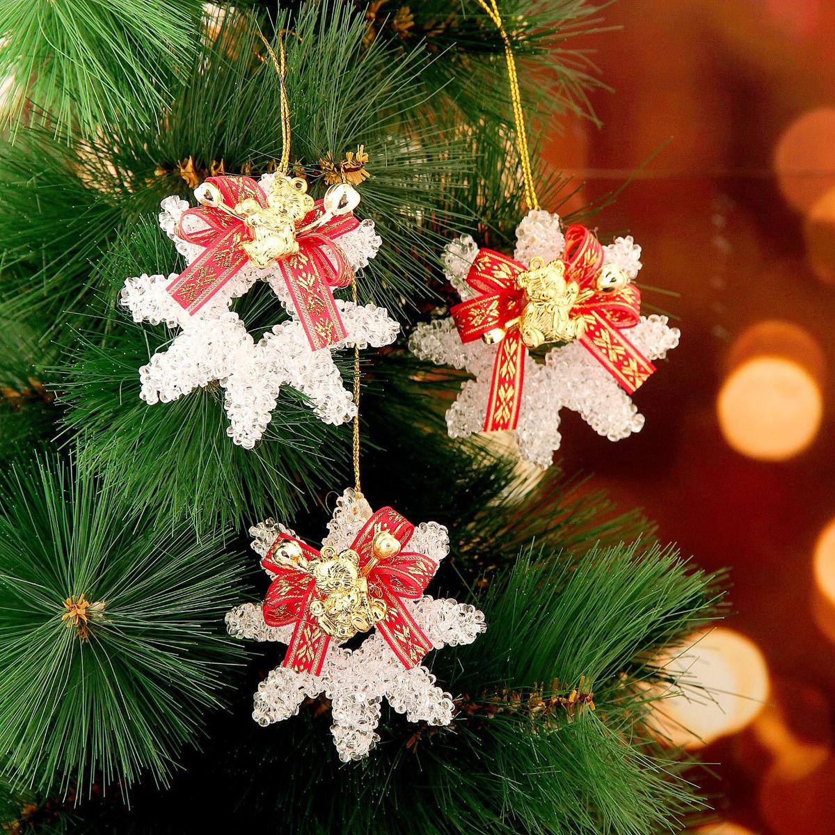 Набор новогодних подвесных украшений Снежинка с красной лентой, 7 х 7 см, 3 шт2371319Набор новогодних подвесных украшений отлично подойдет для декорации вашего дома и новогодней ели. С помощью специальной петельки украшение можно повесить в любом понравившемся вам месте. Но, конечно, удачнее всего оно будет смотреться на праздничной елке.Елочная игрушка - символ Нового года. Она несет в себе волшебство и красоту праздника. Такое украшение создаст в вашем доме атмосферу праздника, веселья и радости.