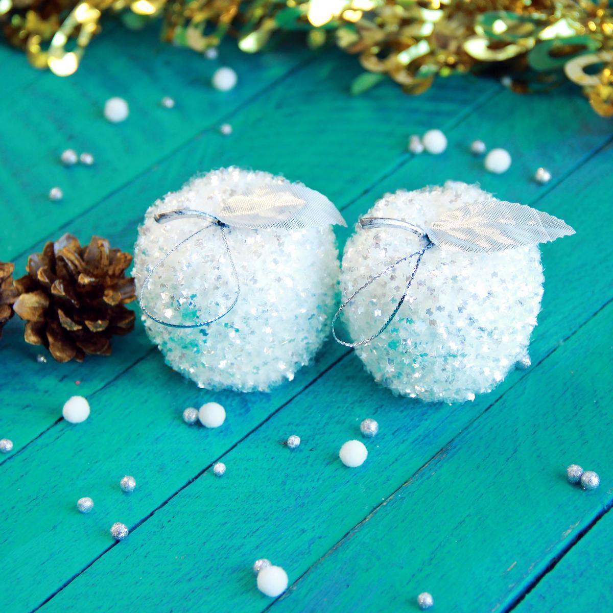 Набор новогодних подвесных украшений Белое яблочко, 5 х 5 см, 6 шт2371313Набор новогодних подвесных украшений отлично подойдет для декорации вашего дома и новогодней ели. С помощью специальной петельки украшение можно повесить в любом понравившемся вам месте. Но, конечно, удачнее всего оно будет смотреться на праздничной елке.Елочная игрушка - символ Нового года. Она несет в себе волшебство и красоту праздника. Такое украшение создаст в вашем доме атмосферу праздника, веселья и радости.
