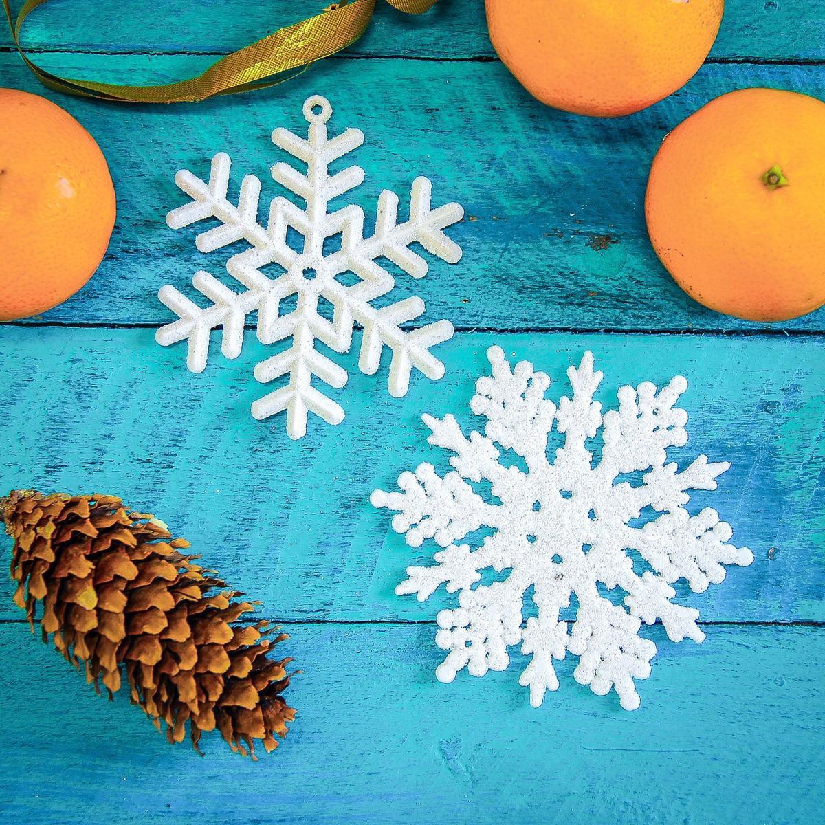 Набор новогодних подвесных украшений Белая снежинка, 6 шт2371299Невозможно представить нашу жизнь без праздников! Мы всегда ждем их и предвкушаем, обдумываем, как проведем памятный день, тщательно выбираем подарки и аксессуары, ведь именно они создают и поддерживают торжественный настрой. Это отличный выбор, который привнесет атмосферу праздника в ваш дом!