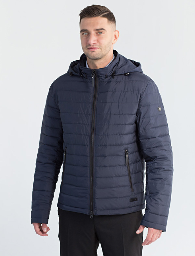 Куртка мужская Defreeze, цвет: синий. 71-218_d.navy. Размер 5671-218_d.navyЛегкая демисезонная куртка спортивного стиля DEFREEZE выполнена из плотной нейлоновой ткани. В качестве утеплителя используется холлофайбер. Куртка застегивается на молнию. Имеет отстегивающийся капюшон, объем которого регулируется затяжками, воротник-стойку, 2 прорезных кармана на молнии.
