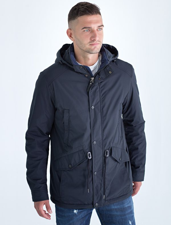 Куртка мужская Defreeze, цвет: черный, синий. 71-215_black/navy. Размер 5471-215_black/navyДемисезонная куртка DEFREEZE выполнена из плотной водоотталкивающей нейлоновой ткани. В качестве утеплителя используется синтепон. Модель в стиле парки слегка удлиненная. Куртка имеет 2 прорезных верхних кармана, нижние объемные карманы с клапанами на кнопке, капюшон, кулиску по линии талии для регулировки посадки, воротник-стойку. Внутренняя часть воротника и планки выполнена из ткани контрастного цвета. Подкладка куртки имеет стежку в виде ромбов контрастными нитками.