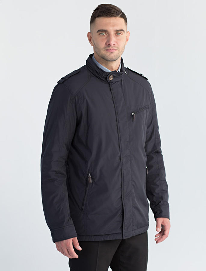 Куртка мужская Defreeze, цвет: черный. 71-220_black. Размер 5071-220_blackЛегкая демисезонная куртка слегка приталенного силуэта DEFREEZE выполнена из плотной нейлоновой ткани. В качестве утеплителя используется синтепон. Модель застегивается на молнию, которая дополнена ветрозащитной планкой на кнопках. Куртка имеет 2 прорезных кармана на молнии, нагрудный карман на молнии, воротник-стойку на пуговице, декоративные погоны. Замки на карманах украшены кожаными пулерами. Внутри куртка имеет три функциональных кармана.