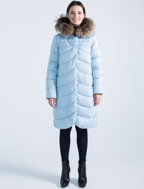 Пальто женское Defreeze, цвет: голубой. 72-247_pastel blue. Размер 4872-247_pastel blueМодное зимнее пальто средней длины DEFREEZE выполнено из полиэстера и дополнено оригинальной фигурной стежкой (стежка переда и спинки отличается). В качестве утеплителя используется био-пух, выдерживающий значительные морозы. Модель застегивается на молнию и имеет ветрозащитную планку на кнопках. Трикотажные манжеты на рукавах создают дополнительный комфорт. Капюшон дополнен опушкой из меха енота. Спереди расположены карманы на молнии.