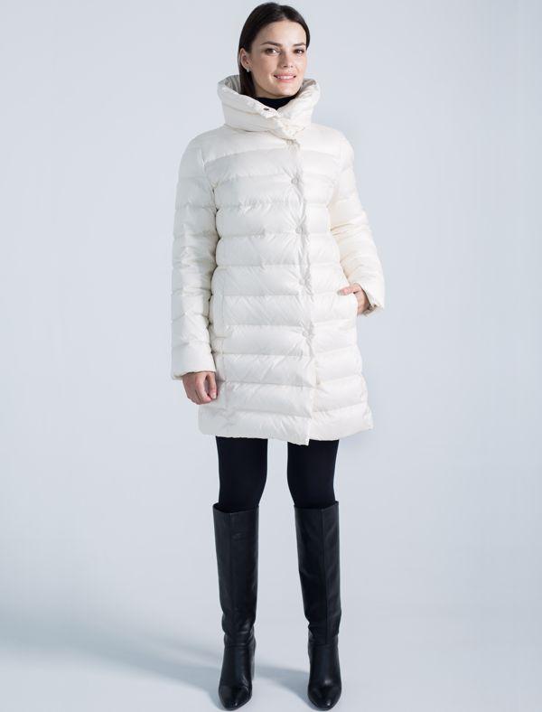Пальто женское Defreeze, цвет: белый. 72-152_off white. Размер 4672-152_off whiteМодное пальто до колена DEFREEZE выполнено из полиэстера с утеплителем на пуху. Изделие имеет воротник-стойку, оригинальную стежку, прорезные карманы. Застегивается на кнопки. По линии талии на спинке расположен декоративный пояс.