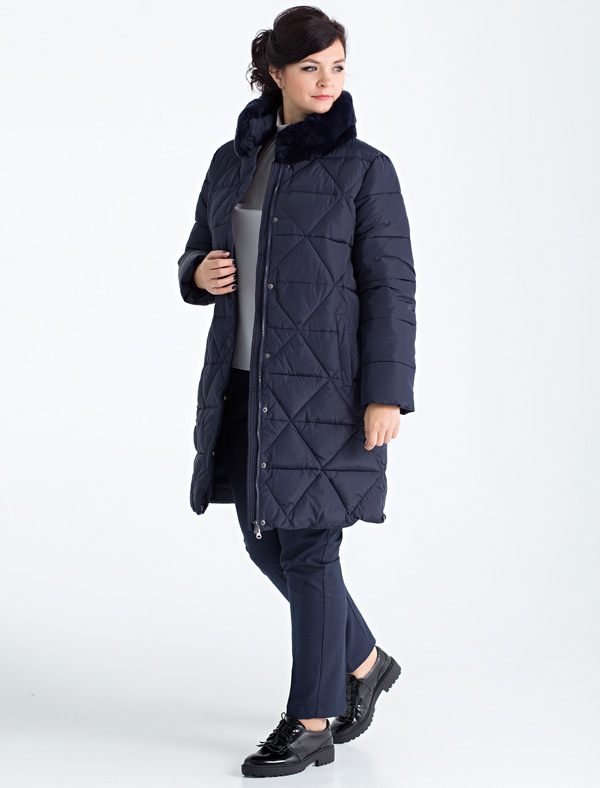 Пальто женское Defreeze, цвет: синий. 72-267_navy. Размер 5272-267_navyСтильное женское пальто размера size+ DEFREEZE выполнено из нейлона и дополнено оригинальной фигурной стежкой. В качестве утеплителя используется био-пух, выдерживающий значительные морозы. Воротник-стойка отделан мехом шиншиллового кролика в тон ткани. Модель застегивается на застежку-молнию и имеет ветрозащитную планку на кнопках. Вязаные трикотажные манжеты создают дополнительный комфорт. Модель дополнена двумя прорезными карманами.