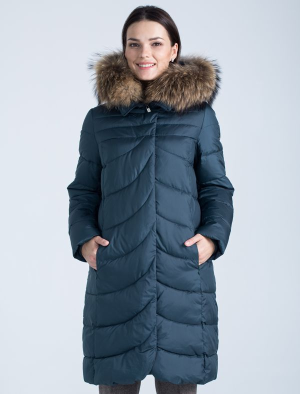 Пальто женское Defreeze, цвет: темно-зеленый. 72-247_izumrud. Размер 5072-247_izumrudМодное зимнее пальто средней длины DEFREEZE выполнено из полиэстера и дополнено оригинальной фигурной стежкой (стежка переда и спинки отличается). В качестве утеплителя используется био-пух, выдерживающий значительные морозы. Модель застегивается на молнию и имеет ветрозащитную планку на кнопках. Трикотажные манжеты на рукавах создают дополнительный комфорт. Капюшон дополнен опушкой из меха енота. Спереди расположены карманы на молнии.
