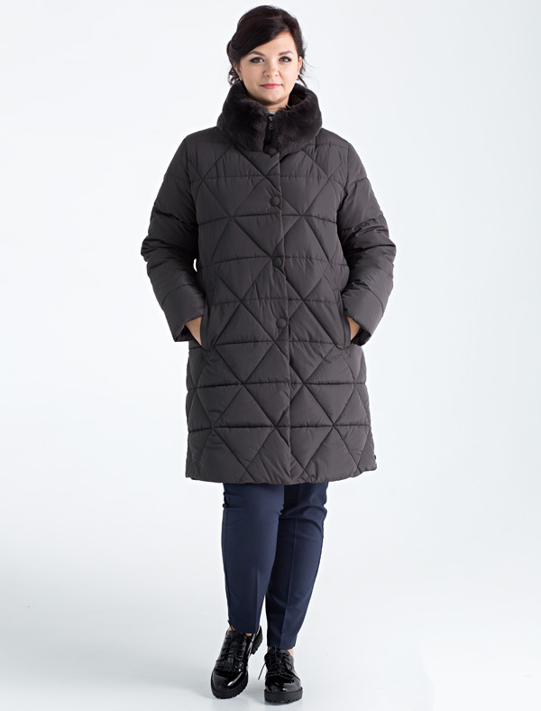 Пальто женское Defreeze, цвет: темно-серый. 72-267_antracite. Размер 5072-267_antraciteСтильное женское пальто размера size+ DEFREEZE выполнено из нейлона и дополнено оригинальной фигурной стежкой. В качестве утеплителя используется био-пух, выдерживающий значительные морозы. Воротник-стойка отделан мехом шиншиллового кролика в тон ткани. Модель застегивается на застежку-молнию и имеет ветрозащитную планку на кнопках. Вязаные трикотажные манжеты создают дополнительный комфорт. Модель дополнена двумя прорезными карманами.