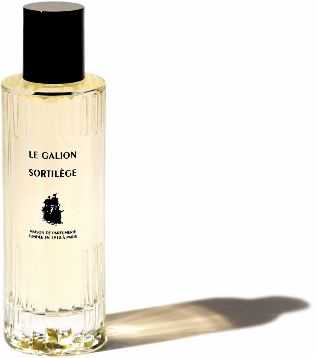 Le Galion Парфюмерная вода Sortilege, 100 мл26831Культовый аромат парфюмерного дома Le Galion - Sortilege, знаковый аромат знаменитогоджазового клуба Stork в Нью-Йорке возвращается сегодня в композиции, соответствующейоригиналу. Это цветочно-альдегидное сочетание; полный истории, чарующий аромат.Sortilege демонстрирует интенсивный и гипнотический шлейф цветочных альдегидов,начинающийся с нежного сочетания белых цветов и иланг-иланга с Мадагаскара.Раскрываясь, этот цветочный букет обнажает египетский жасмин и нежные ноты мимозы,поддержанные нарциссами. Турецкая роза - пульсирующее сердце аромата - вместе сирисом прокладывают путь к индонезийскому сандаловому дереву и ветиверу, а в базе -анималистичные ноты и амбра. Интенсивный, мистический аромат!Sortilege - сбалансированный букет совершенной элегантности - женственность,утончённая и изысканная, аромат таинственной и уверенной женщины. Энергичный,элегантный и чувственный, он творит совершенную алхимию между парфюмом и кожей.Sortilege, аромат, который делает женщин верными. Своему аромату из рекламы 1965 года.