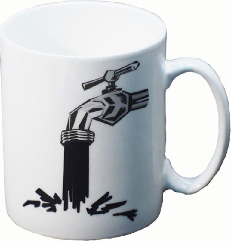 """Стильная кружка Карамба """"Кран с водой"""" изготовлена из керамики и оформлена необычным принтом. Кружка изменяет свой рисунок при наполнении горячей водой. Кружка """"Кран с водой"""" станет не только приятным, но и  практичным сувениром."""