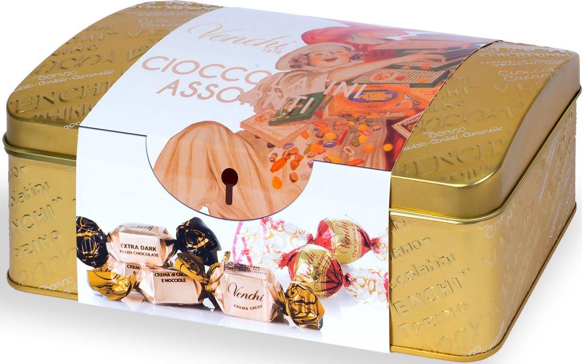 Venchi Cioccolatini Assortiti набор шоколадных конфет, 300 г104321Venchi - премиальный итальянский бренд, ведущий свою историю с 1878 года. Venchi является одним из самых популярных шоколадных брендов как в самой Италии, так и во всем мире. Шоколадные конфеты Venchi Cioccolatini Assortiti Gold Metal Gift Box - набор шоколадных конфет из молочного и темного шоколада в золотой подарочной жестяной коробке-сундучке от итальянского производителя Venchi (Пьемонт, Италия).Ассорти включают конфеты: Dubledone - жареные Пьемонтский орех фундук IGP в шоколадных шариках белого, молочного и тёмного шоколада; и конфеты Extra Dark - темный шоколад с содержанием какао 75% с начинкой из темного шоколада.Конфеты идеально подходят в качестве подарка к празднику и в качестве презента для настоящих ценителей пьемонтского шоколада.