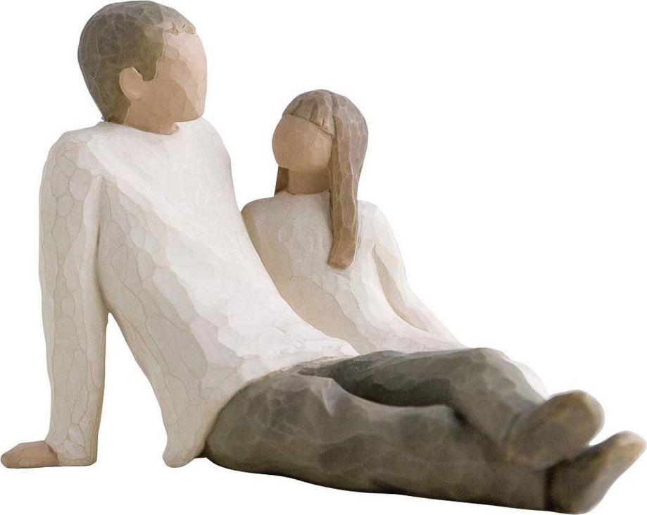 Фигурка Willow Tree Отец и дочь, высота 11,5 см26031Эти прекрасные фигурки созданы канадским скульптором Сьюзан Лорди.Каждая фигурка – это настоящее произведение искусства, образная скульптура в миниатюре, изображающая эмоции и чувства, которые помогают нам чувствовать себя ближе к другим, верить в мечту, выражать любовь. Фигурка помещена в красивую упаковку. Купить такой оригинальный подарок, значит не только украсить интерьер помещения или жилой комнаты, но выразить свое глубокое отношение к любимому человеку. Этот прекрасный сувенир будет лучшим подарком на день ангела, именины, день рождения, юбилей.
