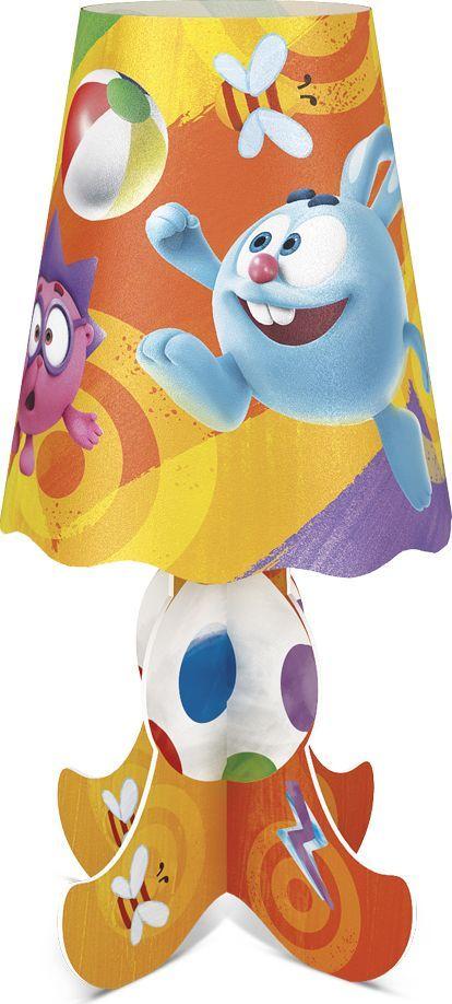 Фотон Ночник настольный Смешарики Игра в мячик22994Настольный ночник с ярким дизайном и изображением популярных персонажей мультсериала Смешарики станет идеальным украшением для детской комнаты. Приятный теплый свет создаст атмосферу уюта. Он не нагревается в процессе работы, включается и выключается одной кнопкой. Под вашим присмотром ребенок сможет самостоятельно собрать ночничок, что способствует развитию мелкой моторики и навыков конструирования. Декоративный ночник представляет собой сборную конструкцию из легких материалов (ПВХ, картон), которая собирается и разбирается по принципу пазла. В каждую упаковку входит ночник в разобранном виде и световой элемент в виде электронной свечи с батарейками. Световой элемент может использоваться отдельно от ночника. Абажур ночника после распаковки необходимо предварительно распрямить. Подробная инструкция по сборке ночника и замене батареек указана на тыльной стороне упаковки.