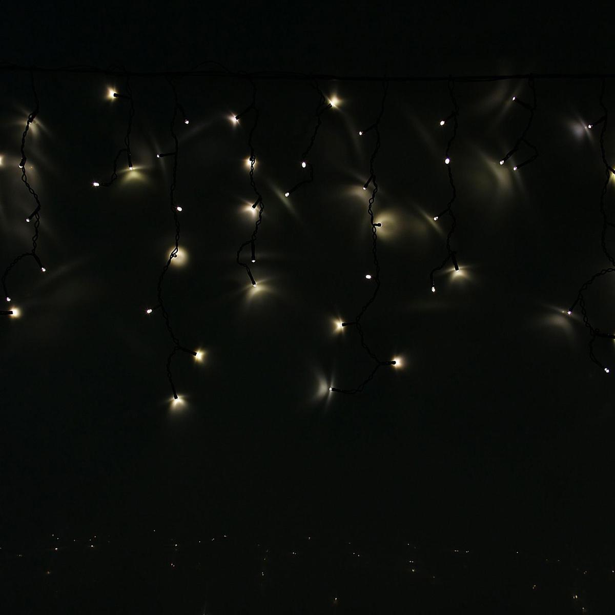 Гирлянда светодиодная Luazon Бахрома, уличная, 8 режимов, 120 ламп, 220 V, цвет: теплый белый, 2 х 0,6 м. 10801481080148Светодиодные гирлянды, ленты и т.д — это отличный вариант для новогоднего оформления интерьера или фасада. С их помощью помещение любого размера можно превратить в праздничный зал, а внешние элементы зданий, украшенные ими, мгновенно станут напоминать очертания сказочного дворца. Такие украшения создают ауру предвкушения чуда. Деревья, фасады, витрины, окна и арки будто специально созданы, чтобы вы украсили их светящимися нитями.