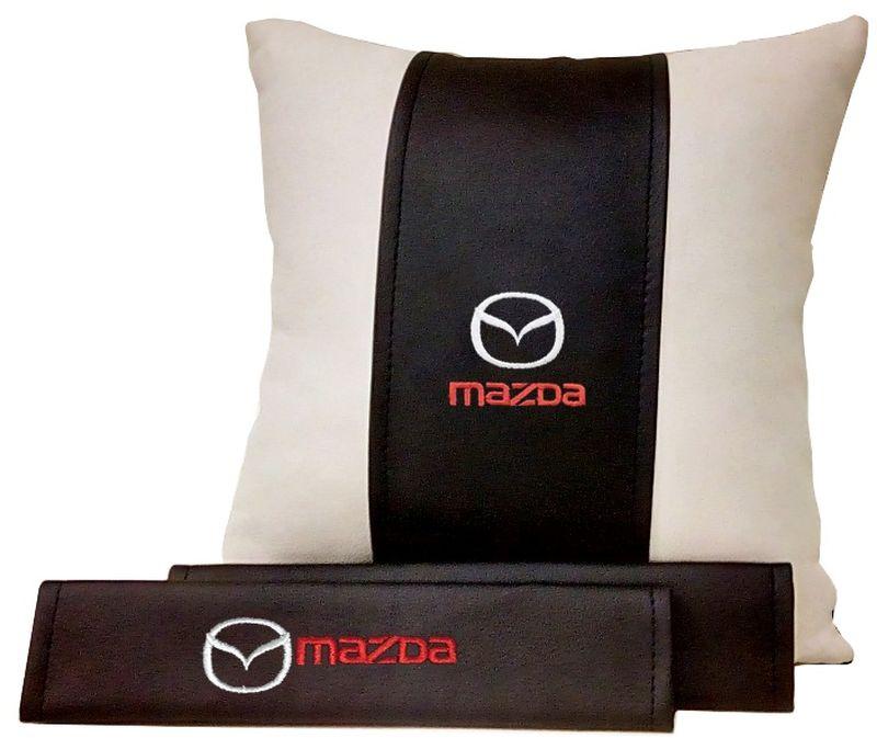 Подарочный набор автомобилисту Auto Premium Mazda, 2 предмета. 6750467504Подушка в салон автомобиля и накладки на ремень безопасности выполнены в едином стиле. Нанесение вышивки на изделия добавляет индивидуальности. Порадуйте своих близких эксклюзивным подарком.