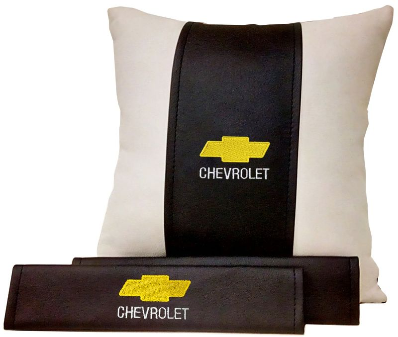 Подарочный набор автомобилисту Auto Premium Chevrolet, 2 предмета. 6750767507Подушка в салон автомобиля и накладки на ремень безопасности выполнены в едином стиле. Нанесение вышивки на изделия добавляет индивидуальности. Порадуйте своих близких эксклюзивным подарком.
